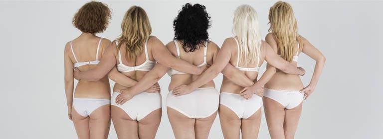 mujeres vistiendo sujetadores reductores