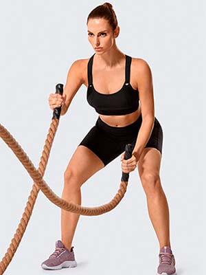 mujer haciendo ejercicio con un sujetador deportivo de alto impacto